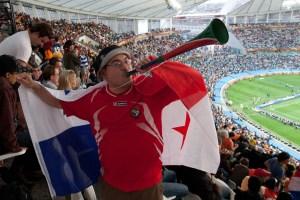 Tocando una vuvuzela en el Mundial de Sudáfrica