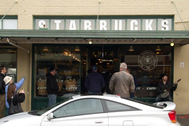 La primera tienda de Starbucks, ubicada en el mercado de Pike Place, Seattle, EE.UU.