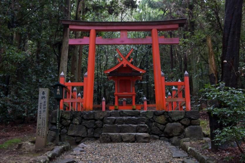 Torii en el Santuario Kasuga, Nara, Japón