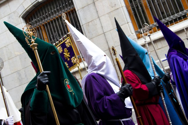 Representantes de diversas cofradías de León, España, durante las celebraciones de la Semana Santa 2011
