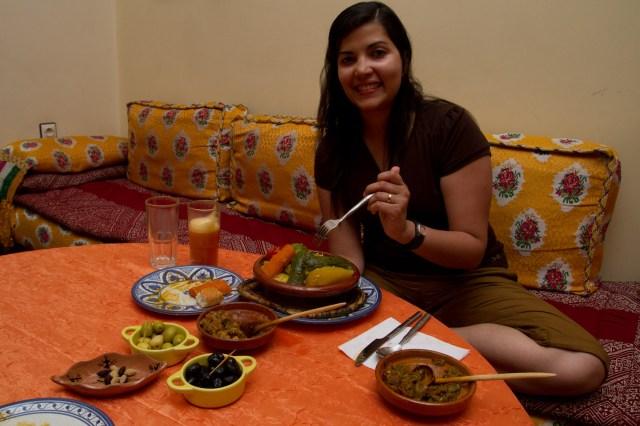 Degustando una diffa o banquete marroquí en el Ryad Bahia, Mequinez, Marruecos
