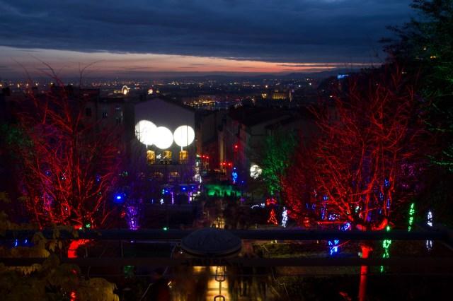 La ciudad de Lyon, Francia, ataviada de luces para las fiestas en honor a su patrona, la Virgen, conocida como fiesta de las luces