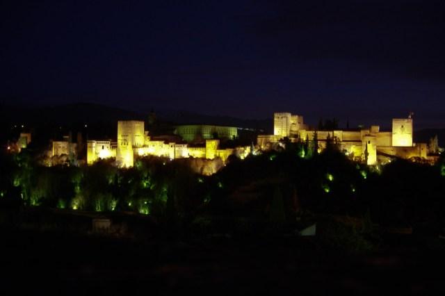La Alhambra de Granada, de noche, capturada con una cámara Sony Cybershot de 3 MP.
