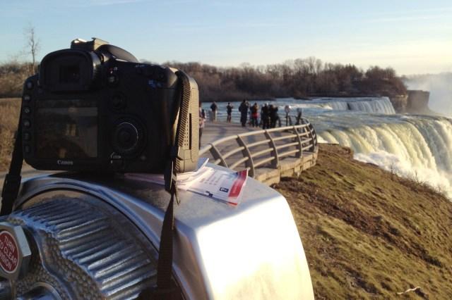 Usando un telescopio como trípode para hacer fotos de las cataratas del Niágara