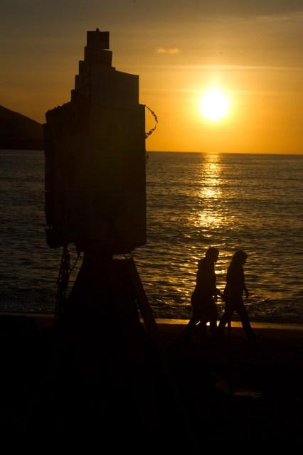 El sol se pone antes de la noche de San Juan en La Coruña, España