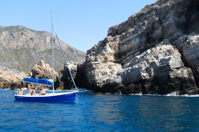 Una barca recreativa en la Isla Palomas, Cartagena, Murcia, España
