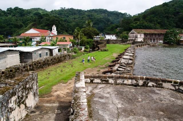 Vista_general_de_la_parte_colonial_de_Portobelo