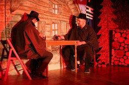 Kevin Kobam und Stefan Eigner vor der malerischen Kulissen des Haspelwaldhauses
