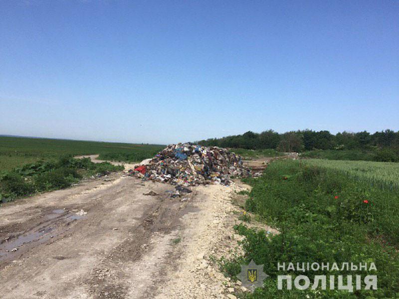 Короновірусне сміття не утилізовують, а викидають посеред дороги: ДЕТАЛІ
