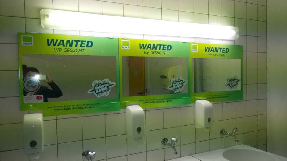 Branding auf den Spiegeln in den Toiletten