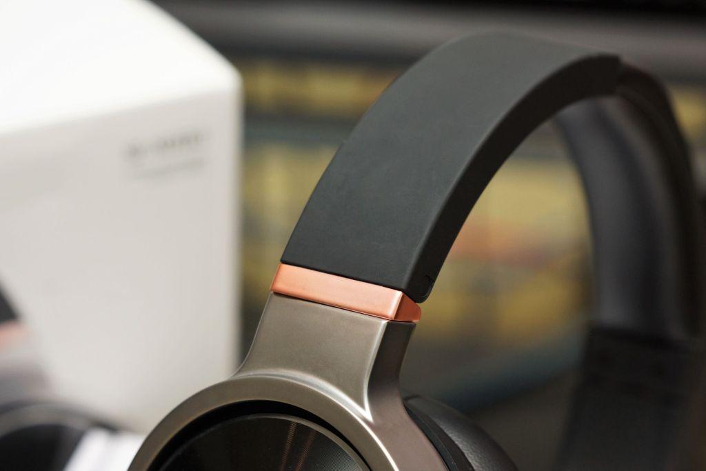 以黑、銀為主色調,輔以少量玫瑰金色電鍍組件作點綴。
