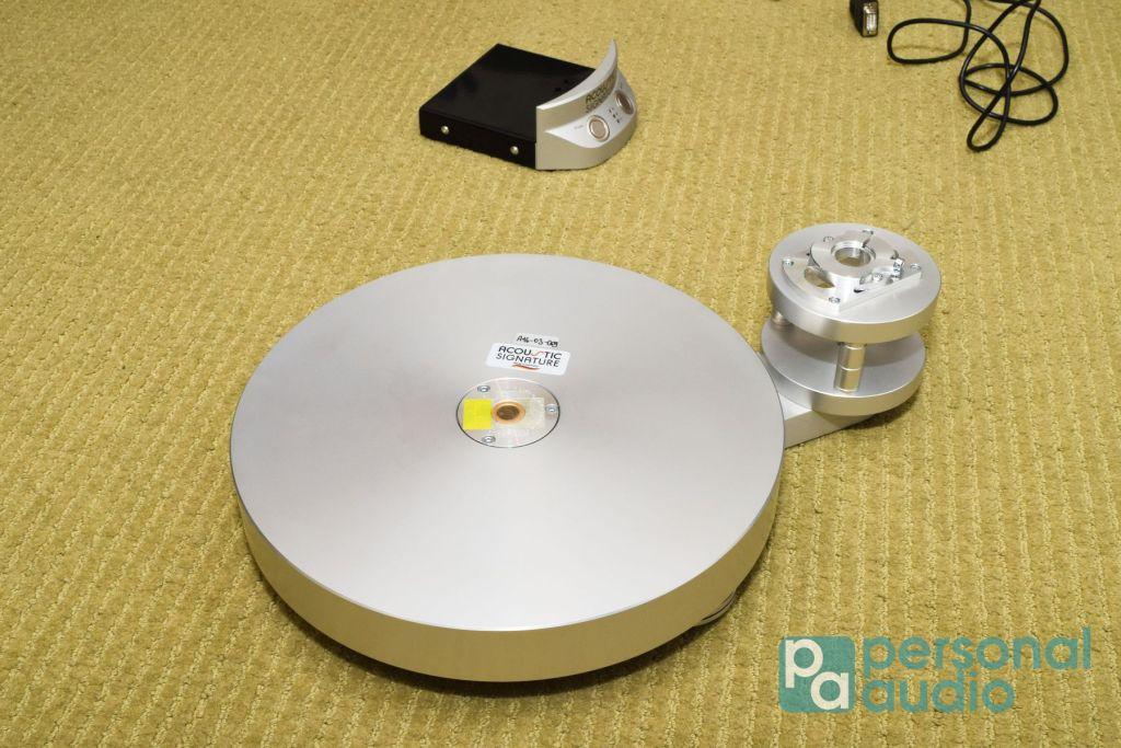 鋁合金唱盤底座、臂座,轉軸軸套分成內、外部分,內軸套的物料是青銅