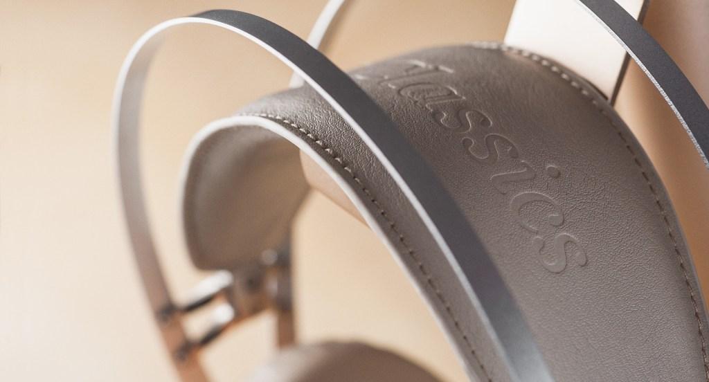 皮革hheadband與金屬支架之間,以像筋連接,能夠自動因應用家頭顱大小作出調節