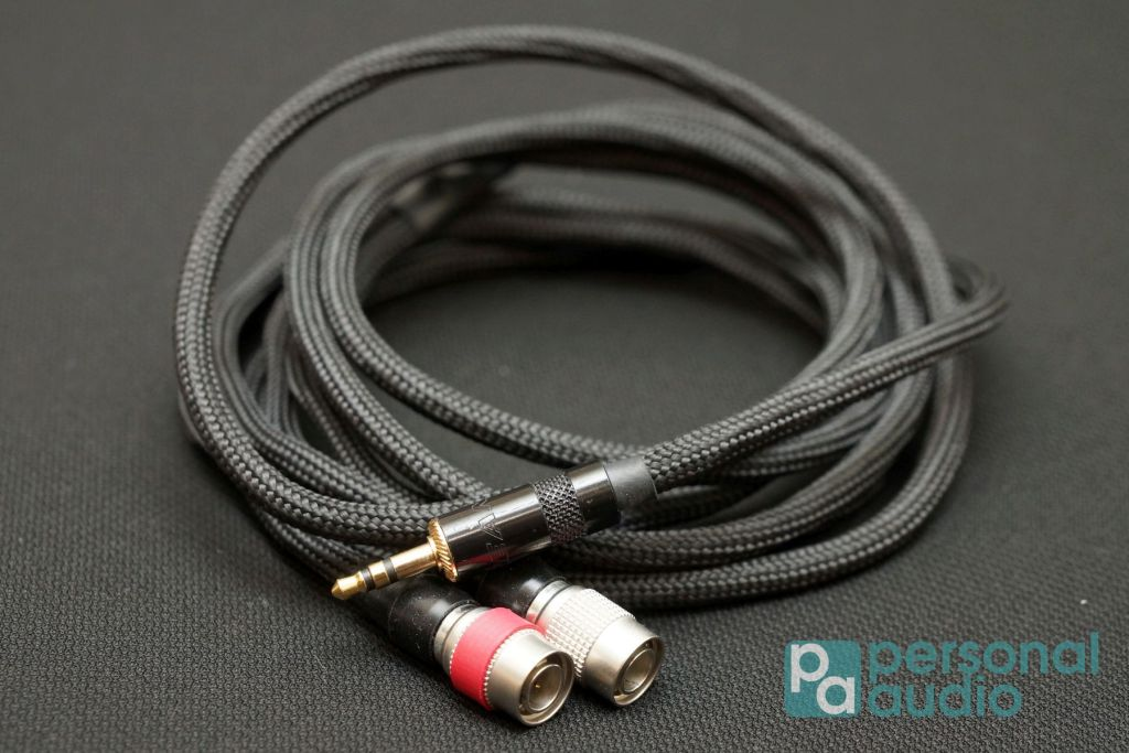 這次跟來一條 3.5mm TRS 耳機線,另有 6.3mm TRS、4 pin XLR插頭版本
