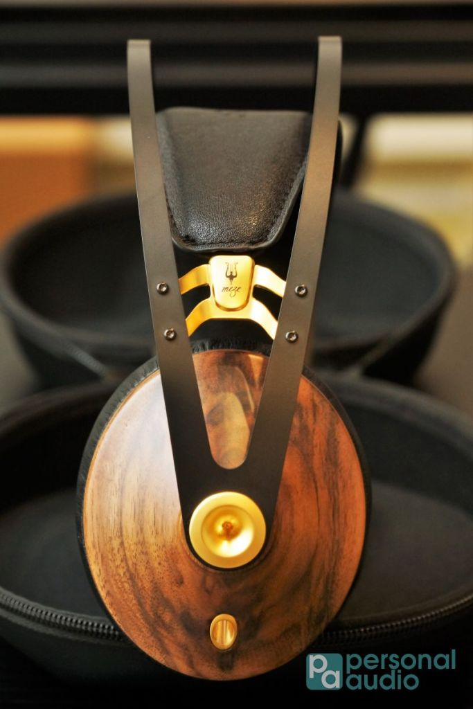 99 Classics 設有三個版本,分別為楓木配銀色金屬飾件、胡桃木配銀色金屬飾件,以及相中的胡桃木配金色金屬飾件