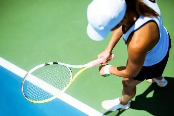 foto del blog de la tenista femenina a punto de servir