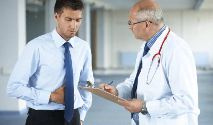El paciente con enfermedades gastrointestinales visita al médico para recibir el diagnóstico.