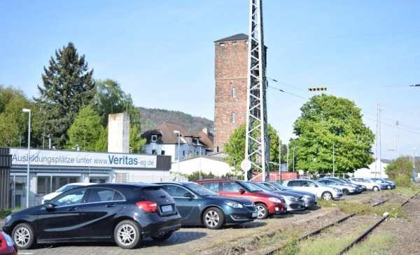 Ausbildungs-Banner an der Fassade der Veritas AG direkt an den Bahngleisen in Gelnhausen