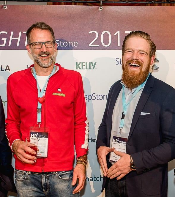 Mr. People Analytics Daniel Mühlbauer mit Merkelraute bei der HR-NIGHT