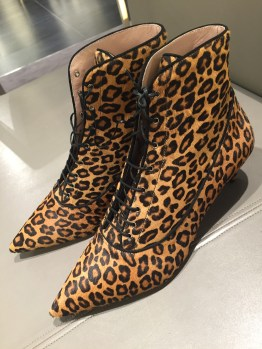в аутлете Прада всегда можно найти именно свою пару обуви, элегантную и экстравагантную.