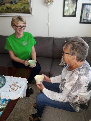 God samtale over en kaffekopp i stua