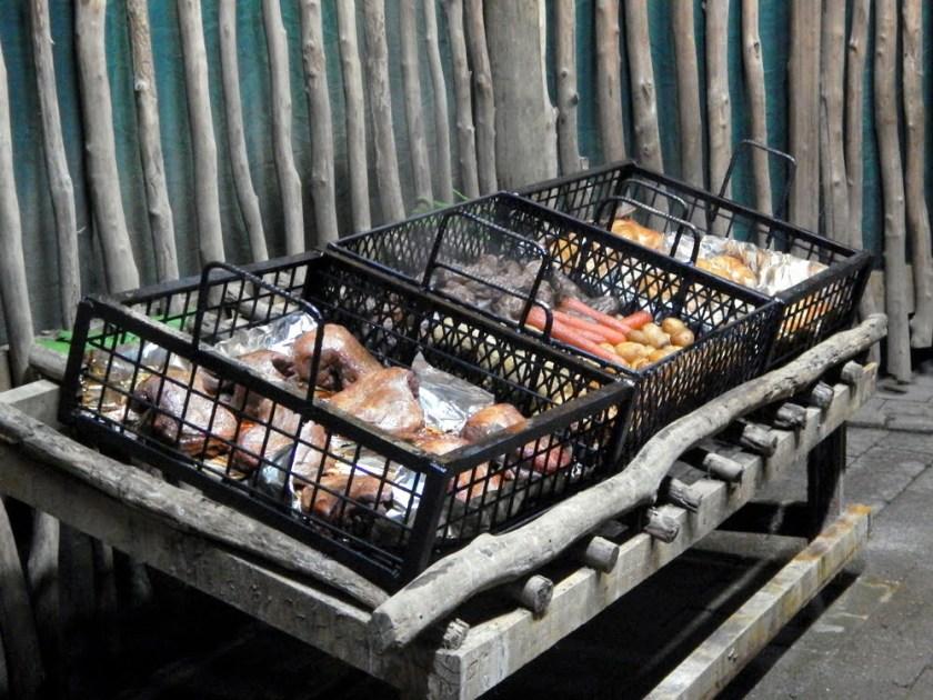 Carne e verdure cotte in modo tradizionale sotto terra