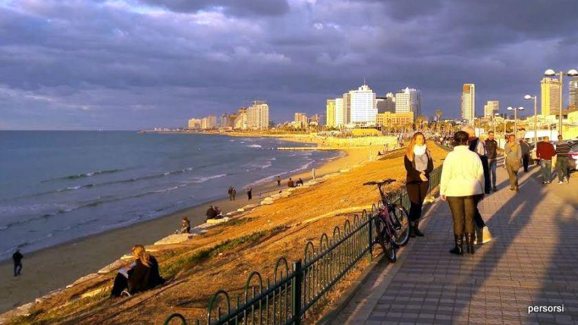 Questa è la spiaggia a metà dicembre, ma non deve ingannare: si fa il bagno fino alla fine di ottobre