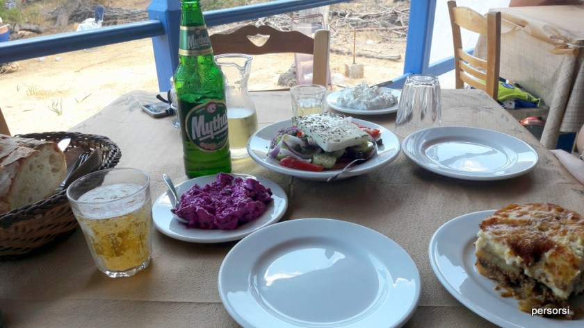 La classica tavola imbandita a Creta
