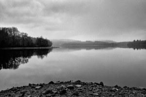 Un lac sous un paysage de brume
