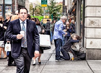 """Homeless vs Wallstreet"", https://www.flickr.com/photos/photobutta/40322185051/ (CC BY 2.0, https://creativecommons.org/licenses/by/2.0/) by Rodrigo Butta"