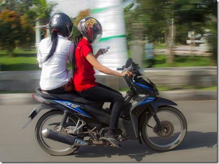 naik motor sambil main hape