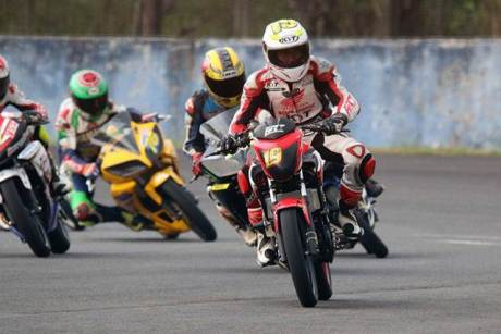Honda CB150R kalahkan Yamaha R15, Jupiter MX King dan Suzuki satria F di Sentul besar Kejurnas 2015 IP 250 CC