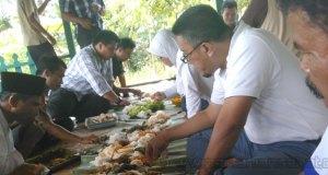 Suasana makan bersama Erie Sudewo dengan petani Cianjur