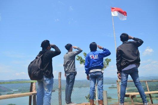 empat pemuda menghormat pada bendera merah putih