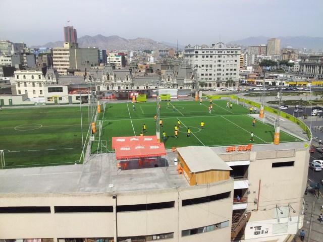 Fußball über den Dächern von Lima!