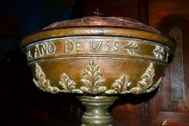 Fuente bautismal de oro