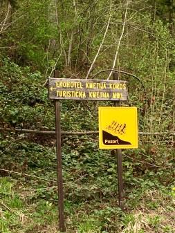 ..nach dem Trailpark Jamnica. Wenn ihr diese Schilder seht, seid ihr richtig - egal wie wild die Straße ist.