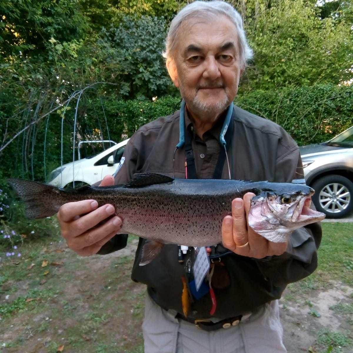 """Il socio Gabriele Giuseppucci ha catturato con una ninfa in zona 1 questa""""vecchia"""" trota iridea di 49 cm.del peso di 1,7 kg."""