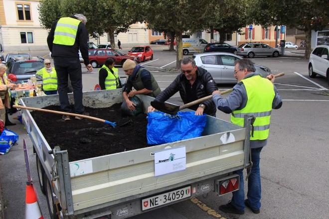 En moins de trois heures, les 2,5 mètres cube de compost ont retrouvé la terre de Peseux! (Photo: S. Sintz)
