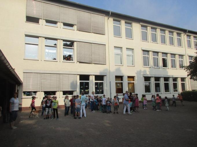 Das Schulgebäude vom Schulhof aus - hier stellen sich alle Klassen auf