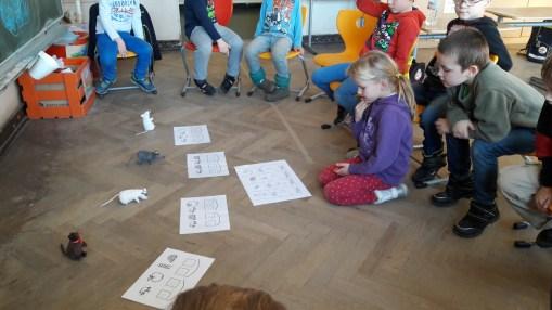 Mit Hilfe der Lautgebärden und der Bilder fällt den Kindern das Lesen der Mäusenamen leichter.