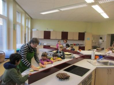001 Einige Projektgruppen stellen sich vor, zum Beispiel wie hier die Projektgruppe Weihnachtsbäckerei