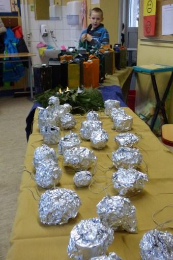 0012 Am Weihnachtsbasartag präsentierten wir stolz unsere Ergebnisse und verkauften fleißig, wie hier zum Beispiel die Futterglocken.