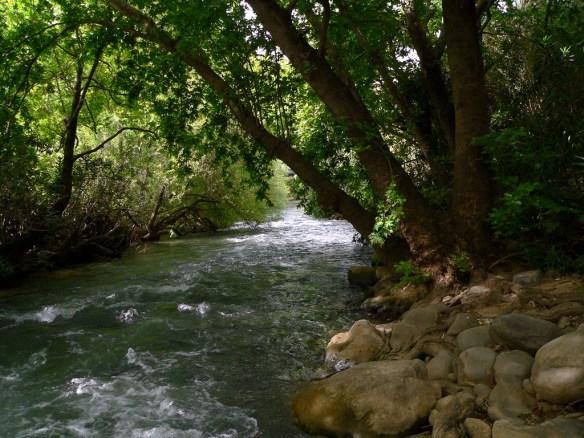 נהר הירדן הרוחני נמשך מג' קווין, חסד דין ורחמים. בגשמיות אנו רואים כי נהר הירדן נמשך משלושה מקורות שהם, בניאס חצבאני ודן, תמונה ארנון הדס