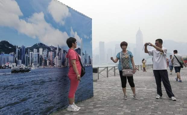 Hong Kongs Fake Skyline Banners Allow Tourists to Get Good Shots on Hazy Days hongkongskyline5