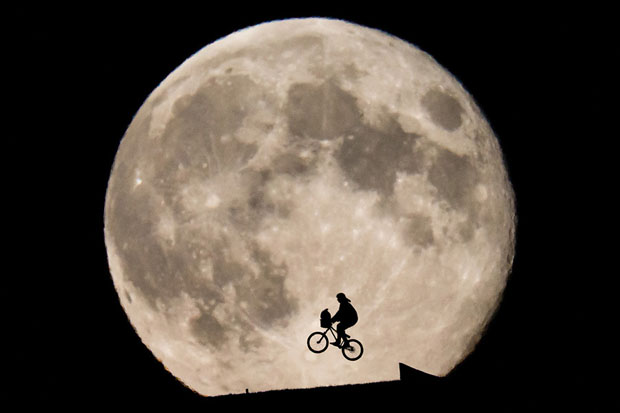This ET Inspired Photo of Biker Rising In Front of the Moon Was Not Shopped moon1