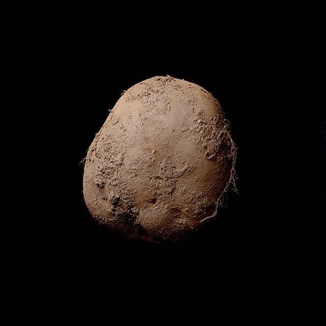 En av artikelns tavlor - foto av svindyr potatis