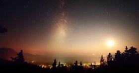 Un timelapse della luna, della Via Lattea, delle meteore e del fumo sul lago Tahoe