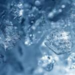 Le foto macro di accumuli di ghiaccio nel congelatore rivelano belle forme
