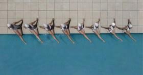 Il fotografo cattura la bellezza del nuoto sincronizzato dall'alto